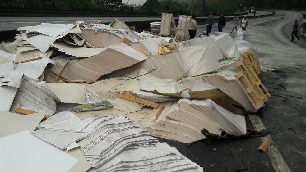 Carga de papel ficou espalhada na pista (Foto: Divulgação/PRF)