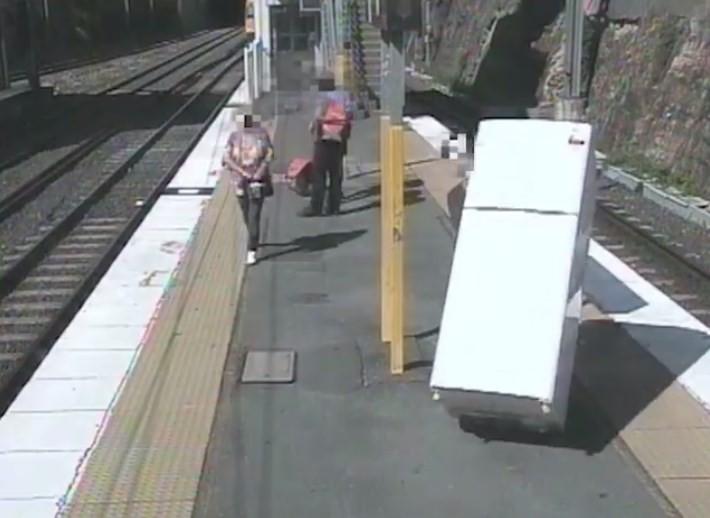 Na Austrália, homem tenta embarcar em trem levando geladeira
