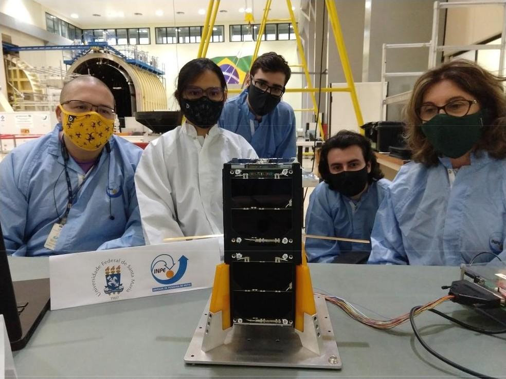 Equipe de montagem e integração do nanossatélite da universidade. — Foto: UFSM/Divulgação