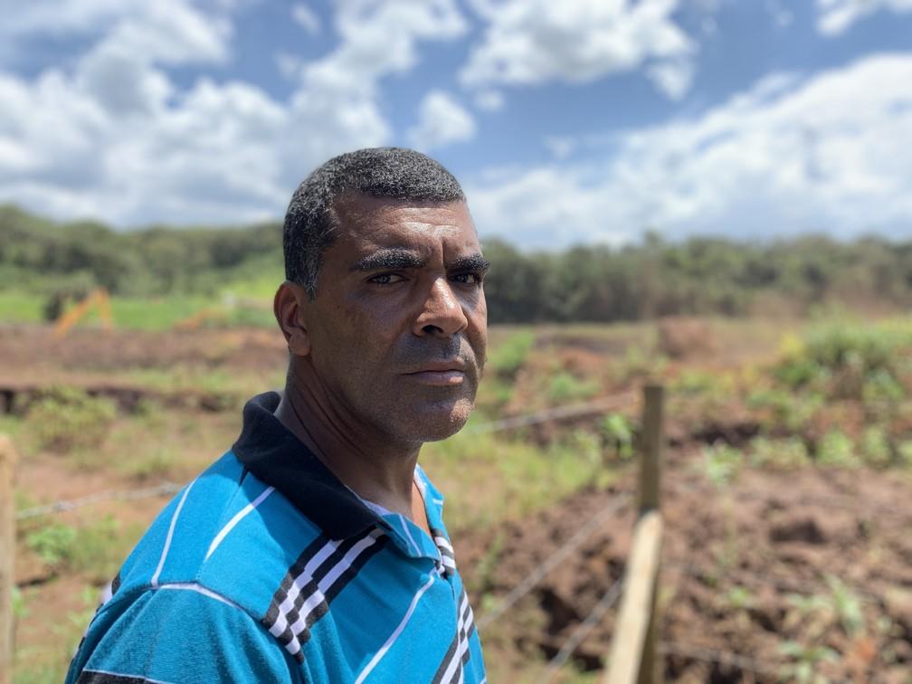 O comerciante Adilson Charlys Ramos de Souza teve seu depósito encoberto pela lama e diz que agora precisa 'contar pratinha' para pagar boleto — Foto: Raquel Freitas/G1