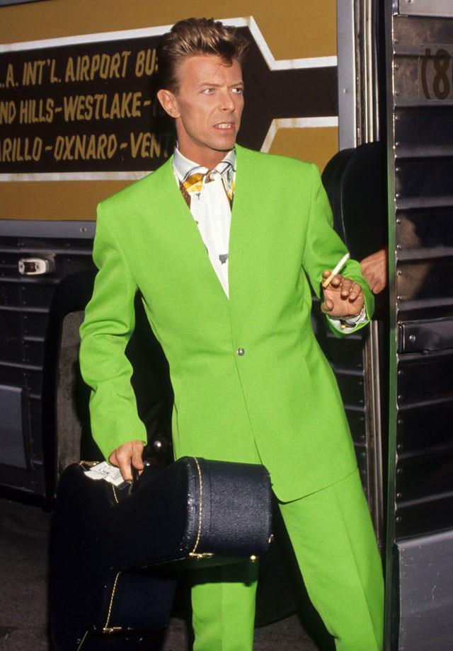 O terno verde sem lapela e camisa estampada mistura Vuitton por Virgil Abloh e Versace! (Foto: Getty Images)