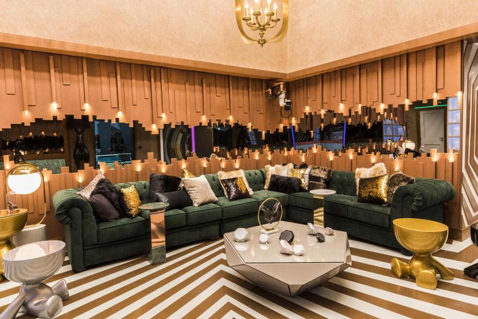 A sala da casa do BBB19 tem sofá de veludo verde e muitos detalhes em dourado — Foto: Victor Pollak/TV Globo