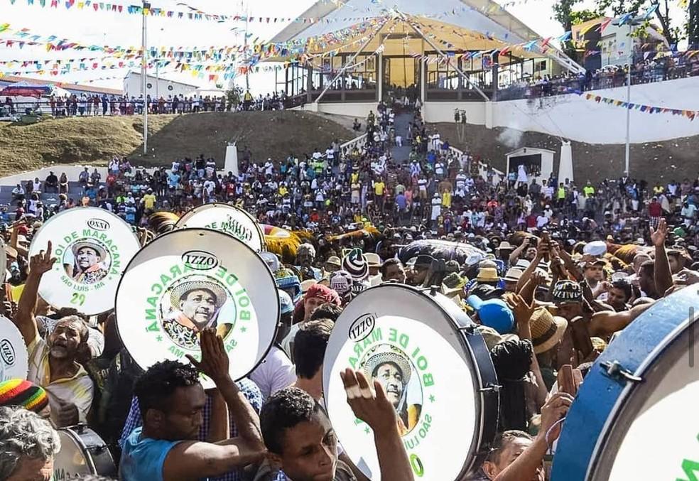 Brincantes de grupos de bumba meu boi se reúnem em frente ao largo da capela de São Pedro. — Foto: Divulgação/Pedro Sobrinho