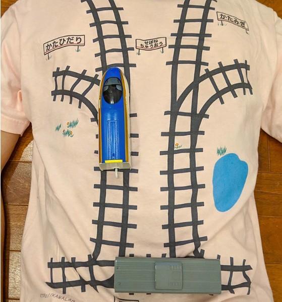 """O desenho dos trilhos foi feito por Ken, que determina qual o """"percurso"""" o trem deve fazer, de acordo com as áreas das costas que estão mais doloridas. Gênio! (Foto: Reprodução Twitter)"""