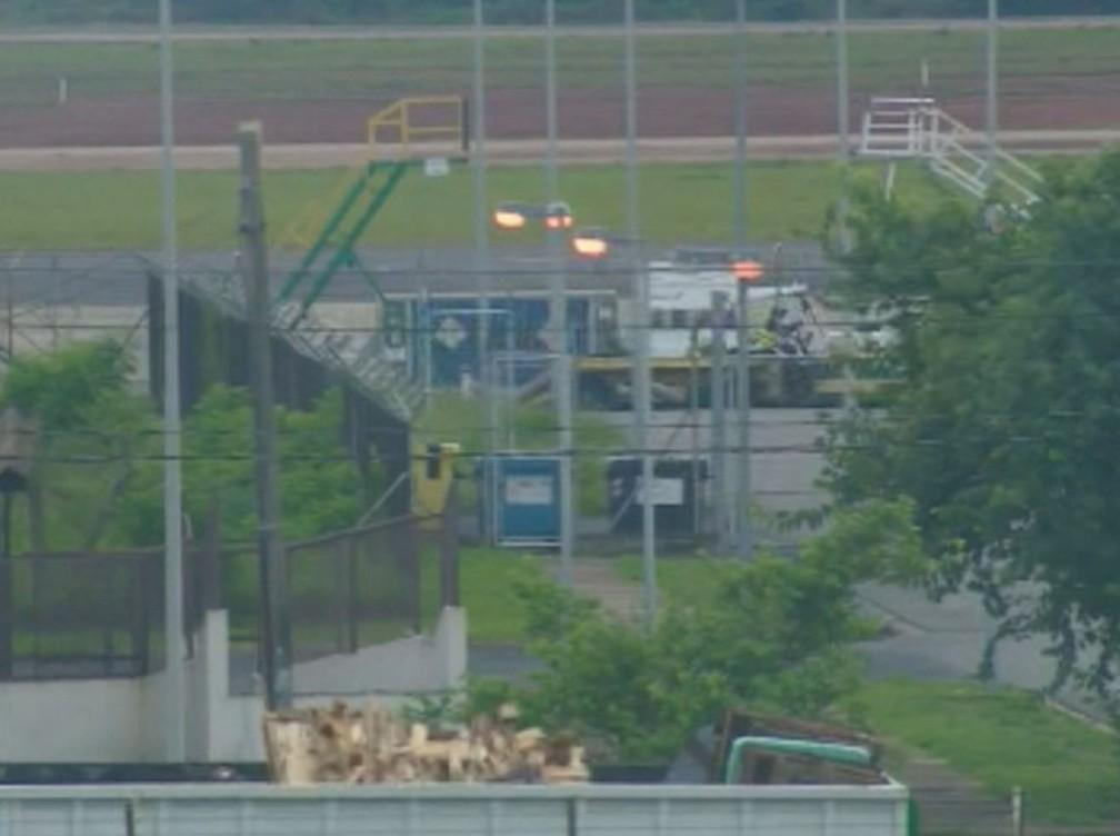 Corpo de Gugu Liberato desembarca no Aeroporto Internacional de Viracopos, em Campinas — Foto: Reprodução/EPTV