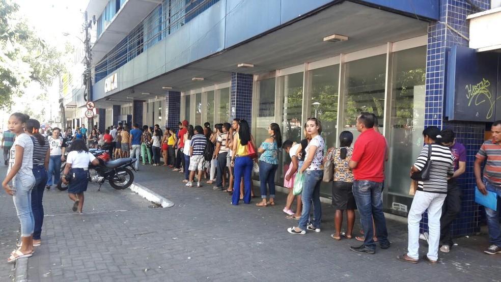 Filas em agências da Caixa (Foto: Junior Feitosa/G1)