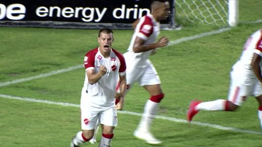 """""""Em casa"""" no Rei Pelé, Diego Jussani celebra primeiro gol pelo Vila e dedica à esposa grávida"""