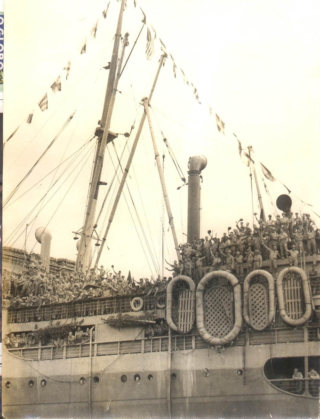 """Regresso da II Guerra Mundial do 2º escalão da FEB, constituído de mais de seis mil expedicionários, a bordo do navio """"Mariposa"""", antigo Vindhuck, sob o comando do General Oswaldo Cordeiro de Farias"""