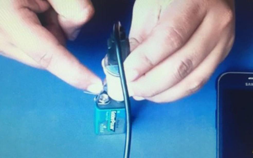 A partir do contato entre os metais, elétrons fluem de um polo a outro (Foto: YouTube/Mundo Top)