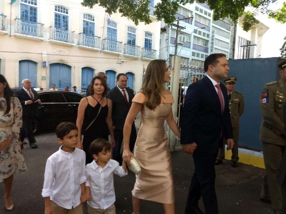 Governador Renan Filho chega para a posse com a primeira-dama, Renata Calheiros, e os filhos, Davi e João — Foto: Derek Gustavo/G1