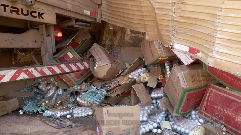 Caminhão estava carregado com ovos de galinha (Foto: TVCA/ Reprodução)