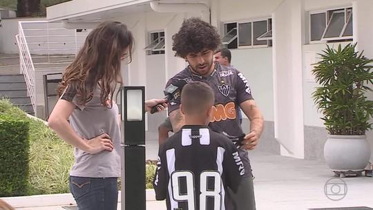 Pequeno torcedor conhece Cidade do Galo e tem camisa autografada por jogadores do Atlético-MG