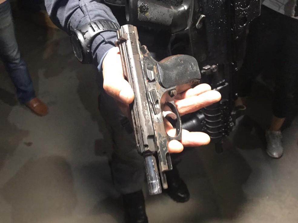Arma usada por suspeito de atirar em dois homens e trocar tiros com policiais foi apreendida pela polícia. — Foto: Jucélio Paiva/G1 AM