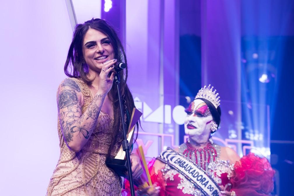 Dread Hot após receber das mãos de Isabelita dos Patins o troféu de Revelação do Ano LGBT no Prêmio Sexy Hot 2018 ? Foto: Celso Tavares/G1