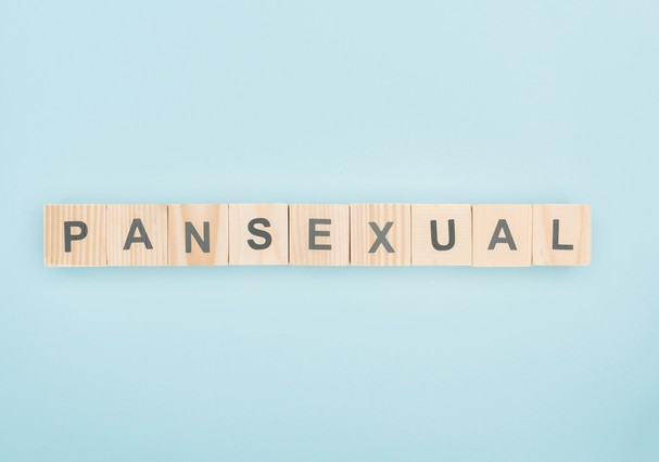 top view of pansexual lettering made of wooden cubes on blue background (Foto: Getty Images/iStockphoto)