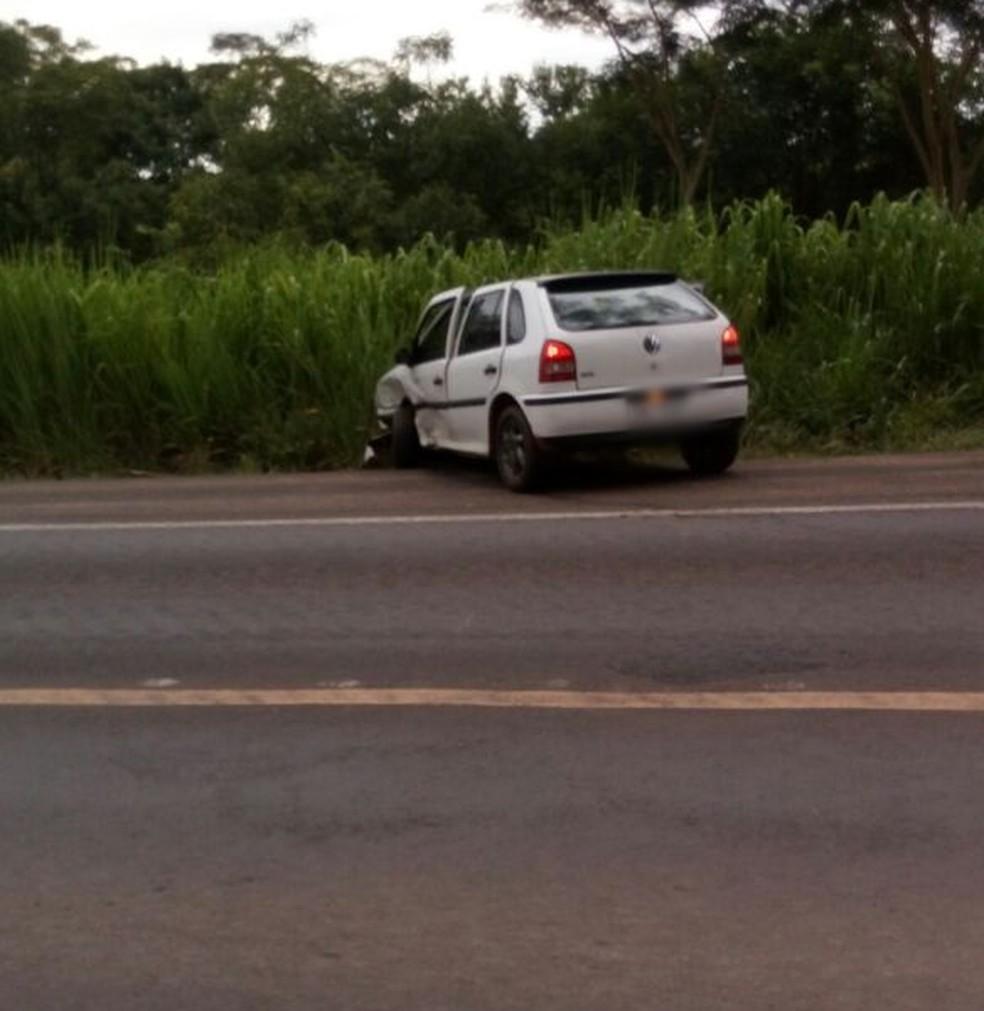 Carro foi parar no acostamento da rodovia depois de colidir com outro veículo que trafegava pela via  (Foto: Aquivo Pessoal )