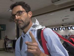 Diploamta Eduardo Saboia dá entrevista ao desembarcar em Brasília (Foto: Reprodução/TV Globo)