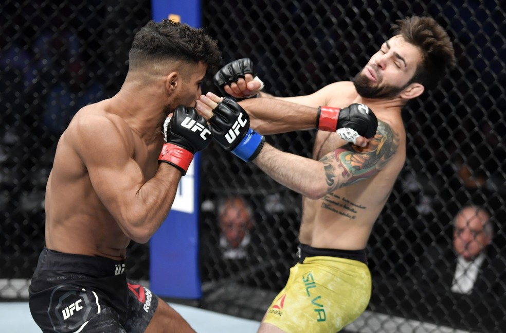 Khalid Taha acerta um golpe de esquerda em Bruno Bulldoguinho no UFC 243 — Foto: Getty Images