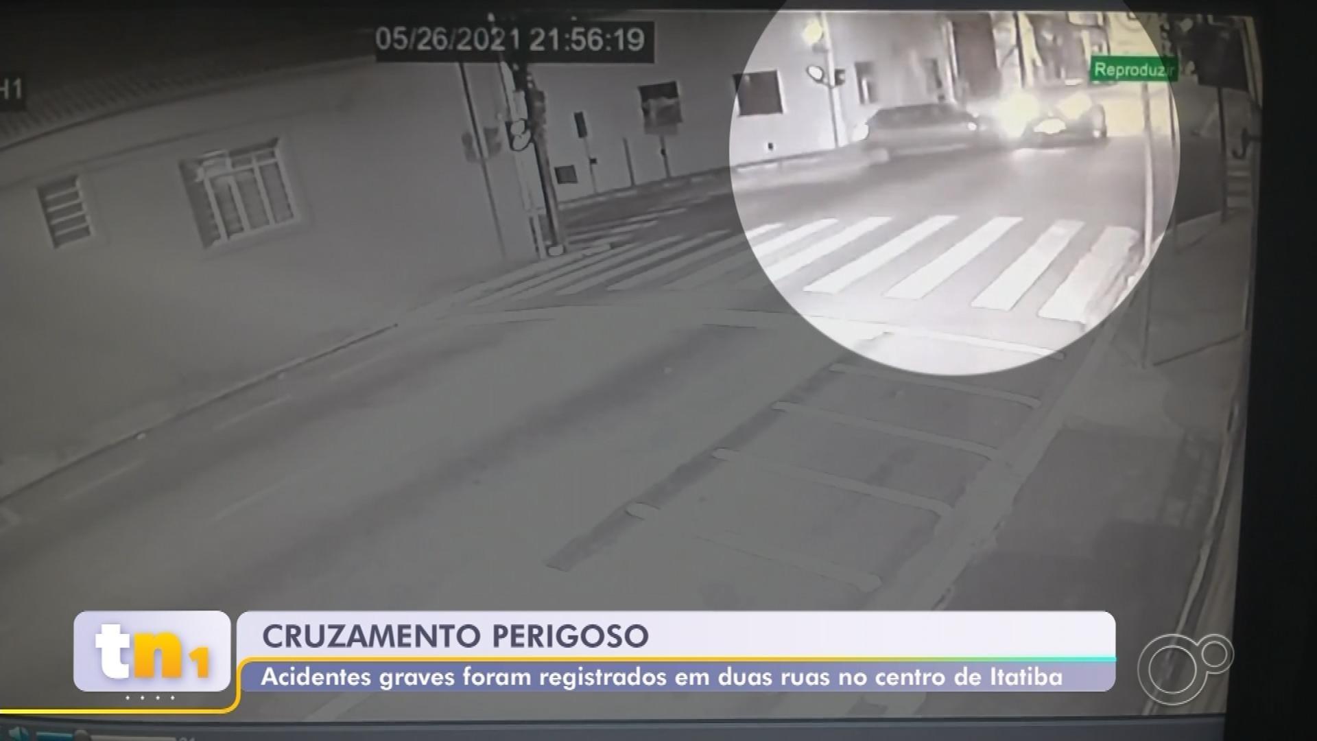 Câmera de segurança registra sequência de acidentes em cruzamento de Itatiba