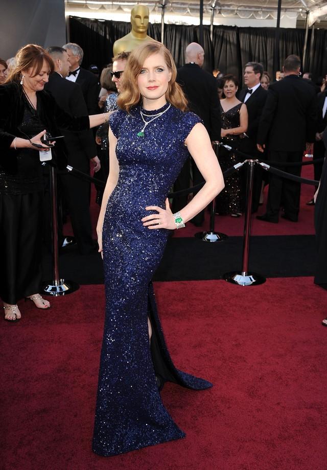 Amy Adams de L'Wren Scott e joias Cartier avaliadas em mais de US$ 1 milhão, no Oscar de 2011 (Foto: Getty Images)