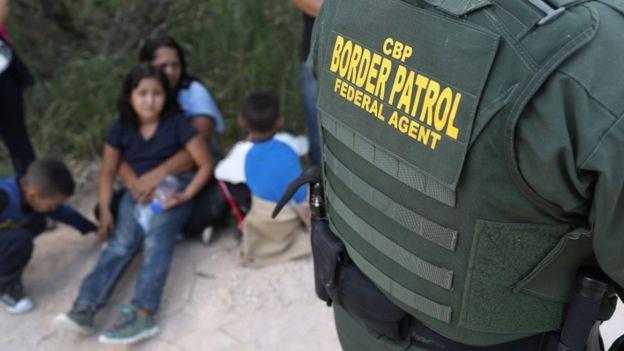 Detenção de imigrantes na fronteira acaba movimentando negócios que passam por transporte, alimentação, telefonia e acolhimento (Foto: GETTY IMAGES)