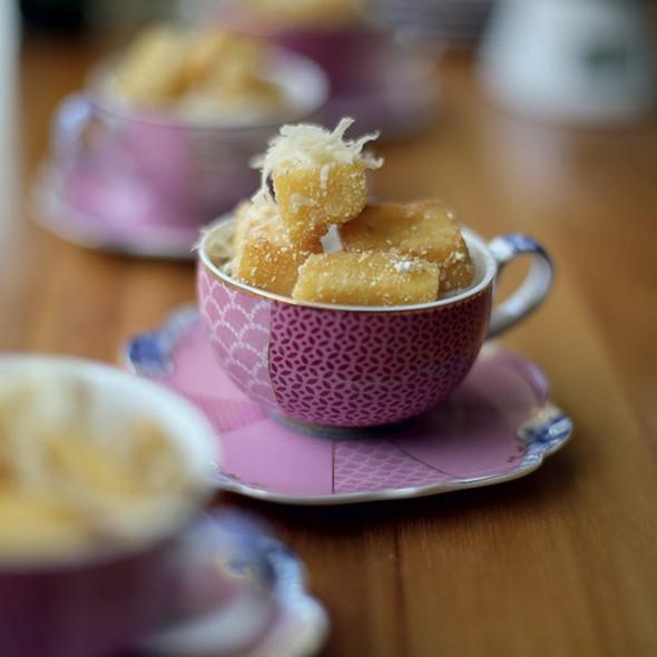 A xícara pode ser usada para servir porções individuais aos convidados. Na foto, o petisco escolhido foi o quadradinho de polenta