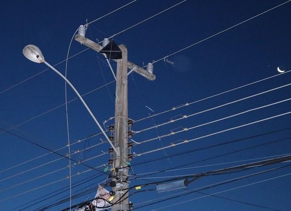 Pipa enroscou em fiação elétrica e causou curto circuito — Foto: Messias Filho/Gazeta MT