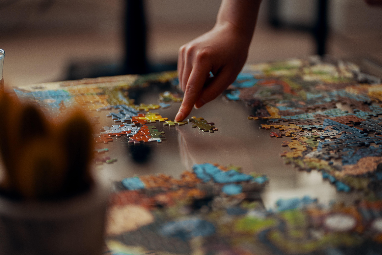 Confira algumas dicas para conseguir montar um quebra-cabeça (Foto: Ross Sneddon/Unsplash)