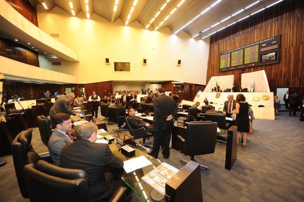 Deputados do Paraná discutem orçamento durante sessão da Alep — Foto: Pedro de Oliveira/Alep/Divulgação