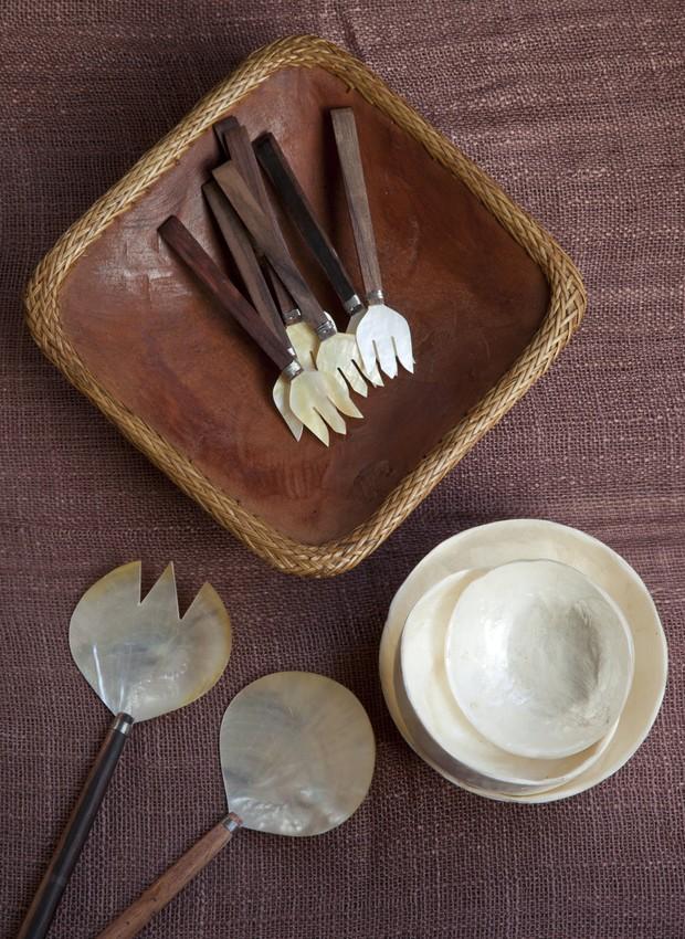 Petisqueira de madeira, garfos de madrepérola, petisqueiras redondas e par de talheres para salada, tudo na Katmandu (Foto: Luís Gomes/Editora Globo)