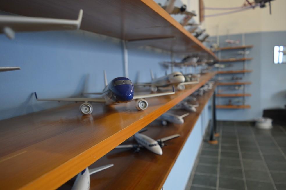 Alguns dos modelos ficam expostos na fábrica (Foto: Camilla Motta/G1)