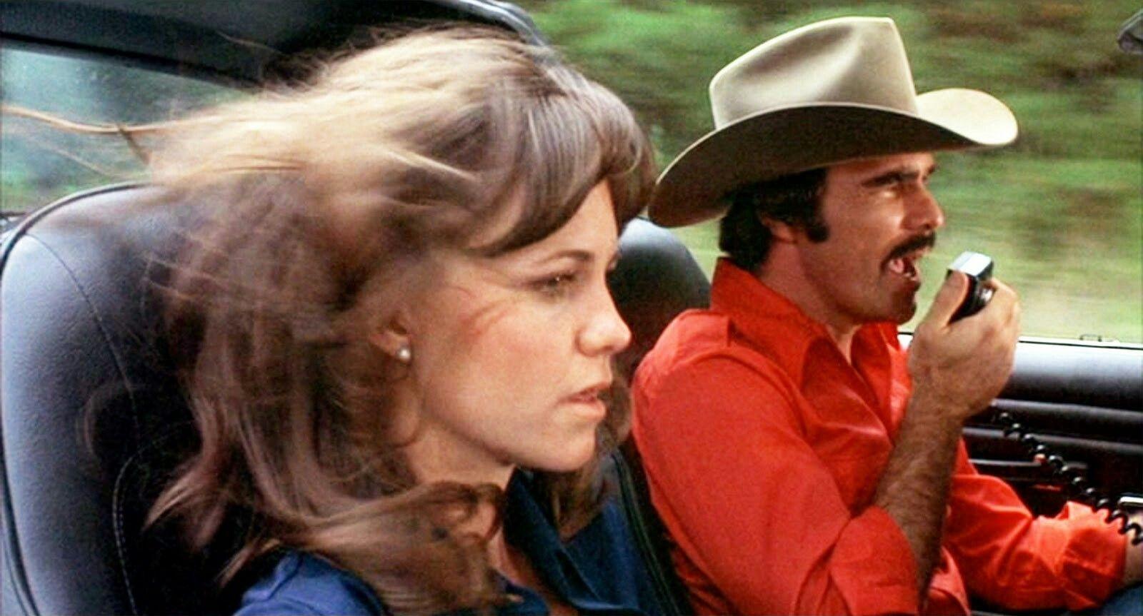 O ator Burt Reynolds ao lado de Sally Field em cena de Agarra-me Se Puderes (1977) (Foto: Reprodução)