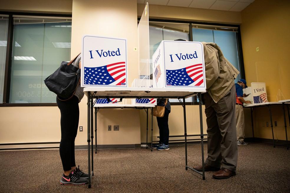 Eleitores vão às urnas em Arlington, na Virgínia, na votação antecipada das eleições presidenciais americanas — Foto: Al Drago/Reuters