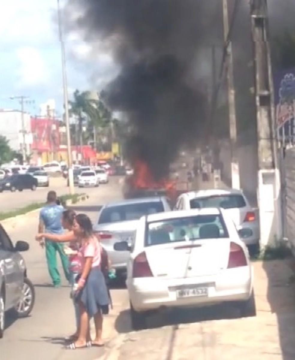Carro pega fogo em avenida da Zona Sul de Natal (Foto: Reprodução/vídeo)