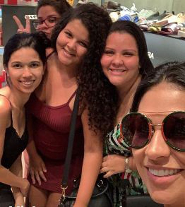 Simone com fãs (Foto: Reprodução/Instagram)