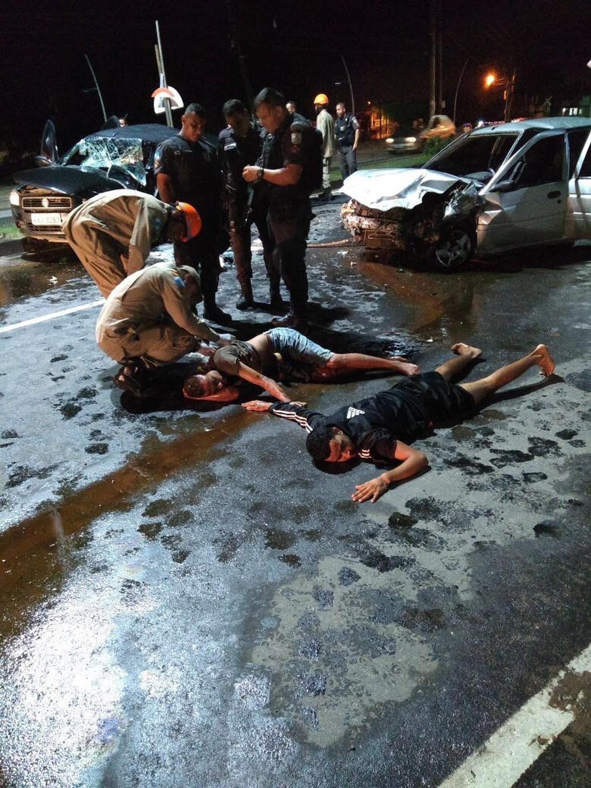Dupla de assaltantes é detida após sofrer acidente com carro roubado ao tentar fugir da PM no RJ