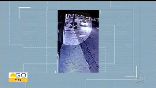 Casal suspeito de atropelar e matar homem de propósito se apresenta à polícia em Cristalina; vídeo mostra vítima 'voando'