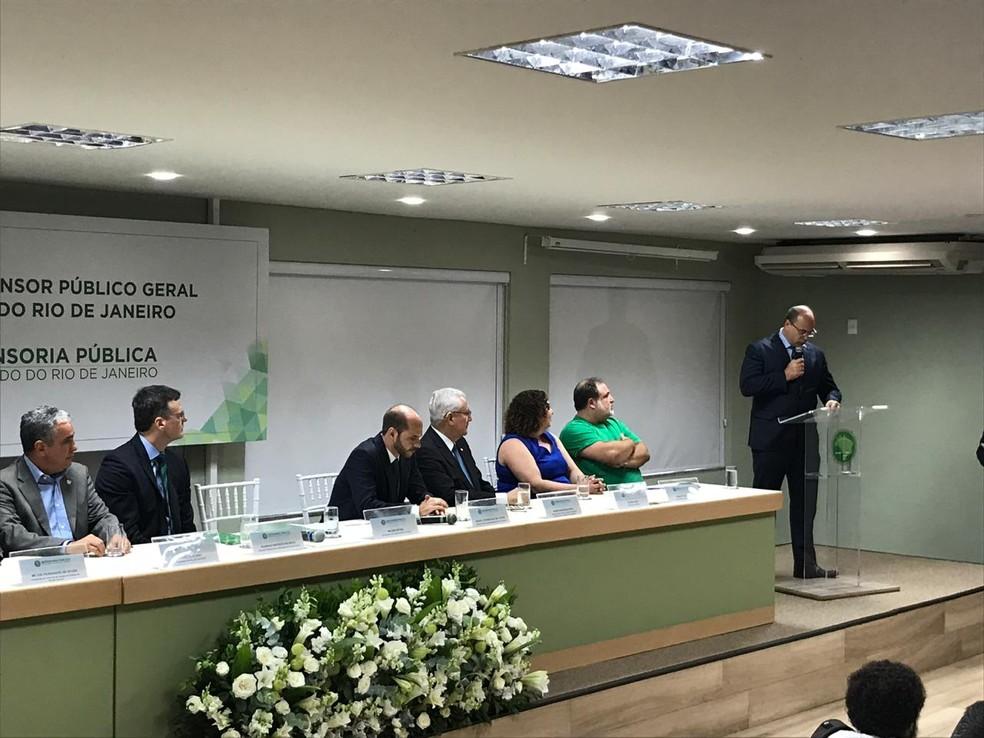 Witzel (D) discursa na posse do defensor público Rodrigo Pacheco — Foto: Henrique Coelho/G1