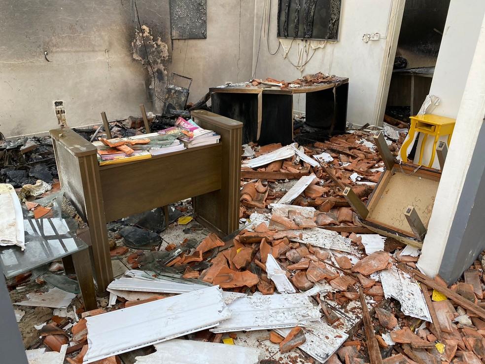 Chamas destruíram secretaria e sala de aula em Itaporanga — Foto: Gustavo Onilde/Arquivo pessoal