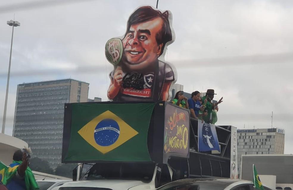 Trio que acompanhou o percurso da manifestação, com boneco representando o presidente da Câmara, Rodrigo Maia — Foto: Pedro Borges/TV Globo