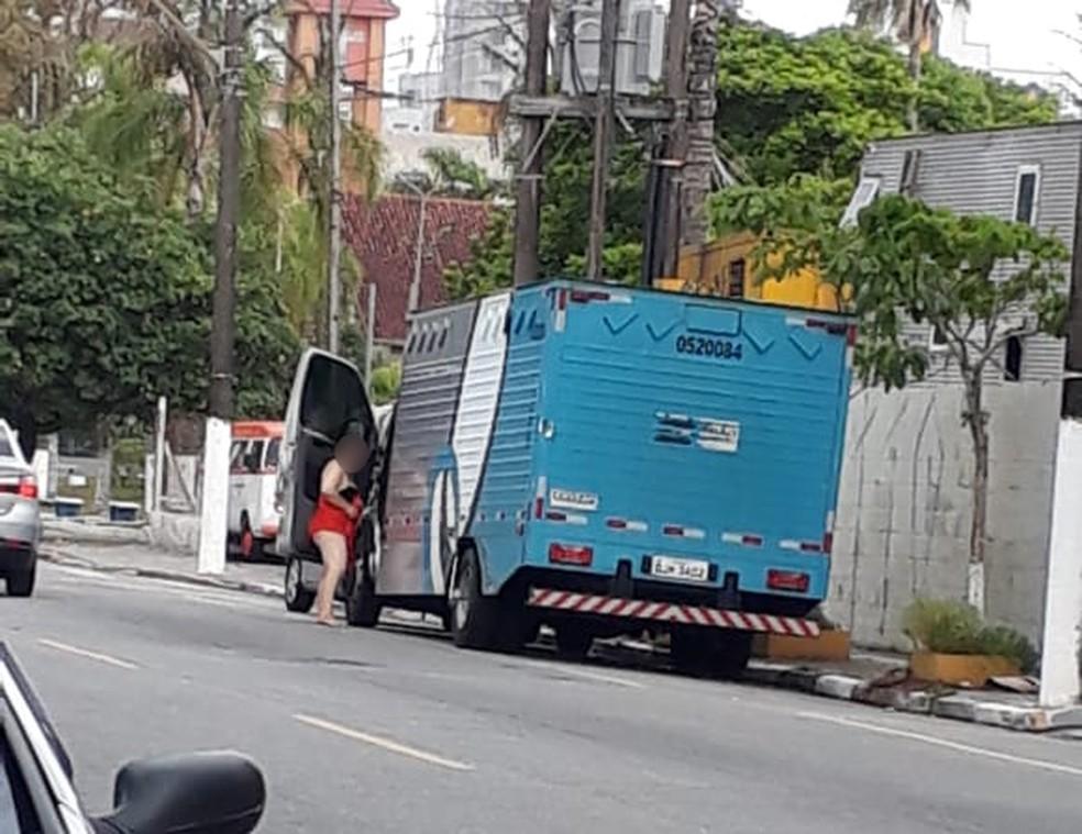 Servidora utilizou carro de transporte de presos para ir à praia, em Mongaguá, SP — Foto: G1 Santos