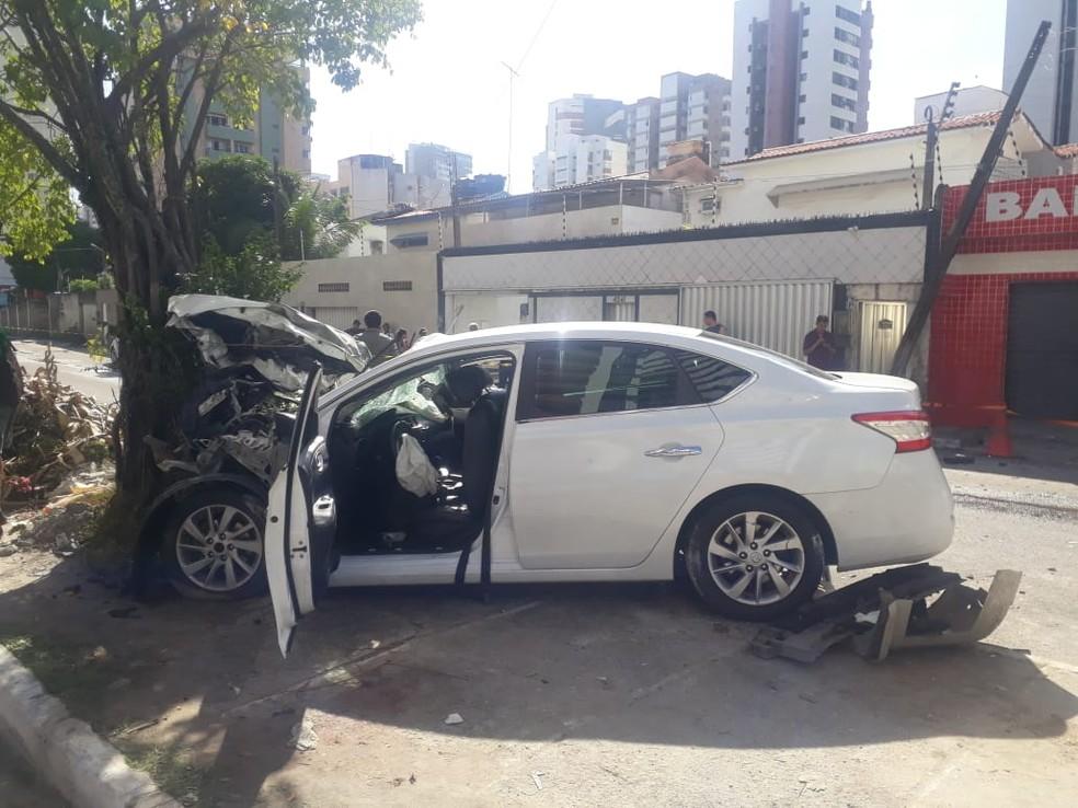 Um dos veículos envolvidos no acidente colidiu com uma árvore em Jaboatão dos Guararapes, no Grande Recife — Foto: Wellington Pereira/TV Globo