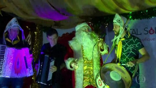 Árvore de Natal da Globo recebe o cantor Waldonys e o grupo Fulô de Mandacaru