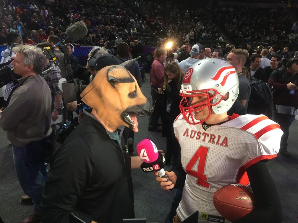 d8132df43 ... Repórteres fantasiados durante evento de abertura da semana do Super  Bowl — Foto  Thales Soares