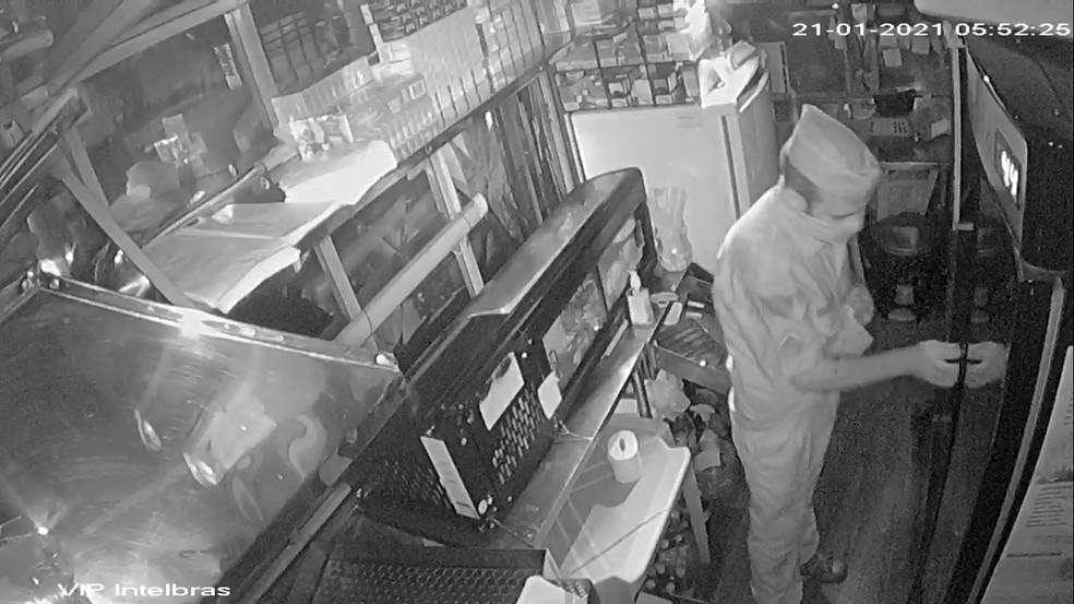 Homem com farda da polícia furtou lanchonete de Maringá — Foto: Câmera de segurança
