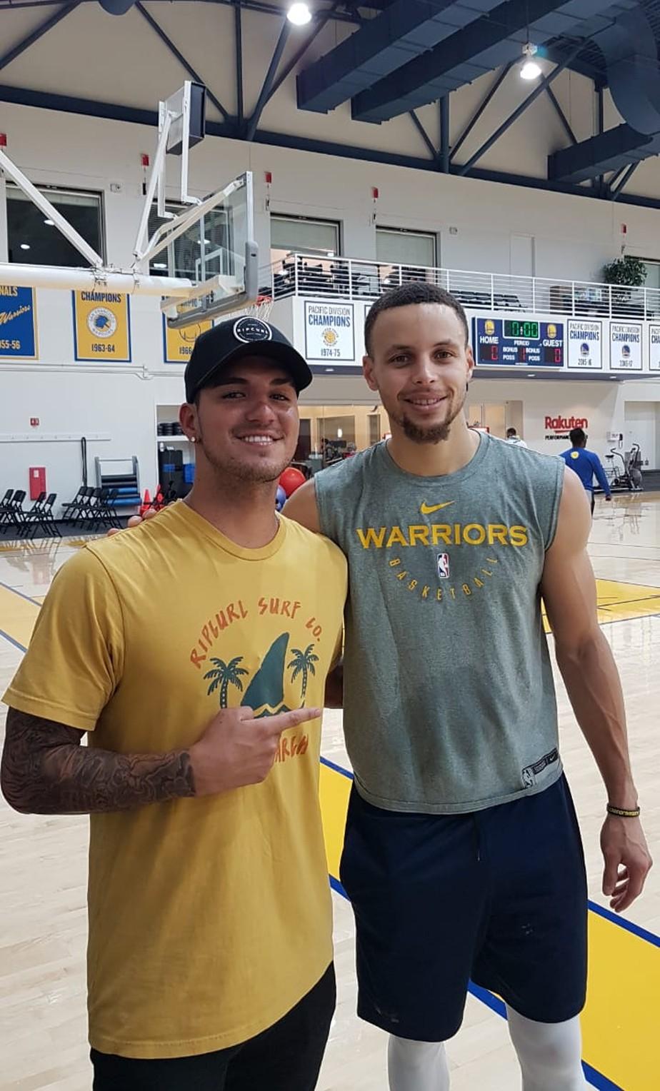 Gabriel Medina visita treino dos Warriors, tieta Curry e faz bonito ao entrar em quadra