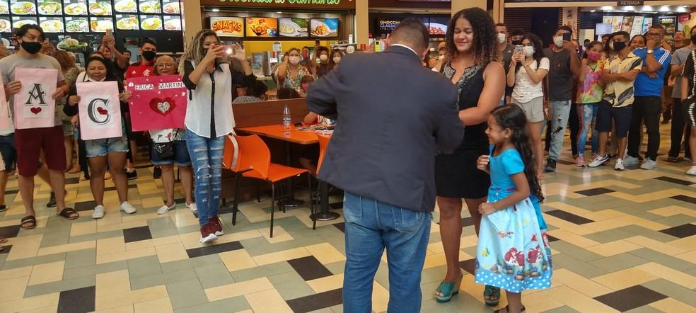 Pedido de casamento aconteceu em praça de alimentação de shopping em Manaus. — Foto: Arquivo Pessoal