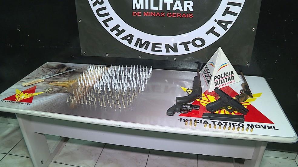 Drogas, armas, munição e dinheiro apreendidos pelos militares — Foto: Reprodução / TV Globo