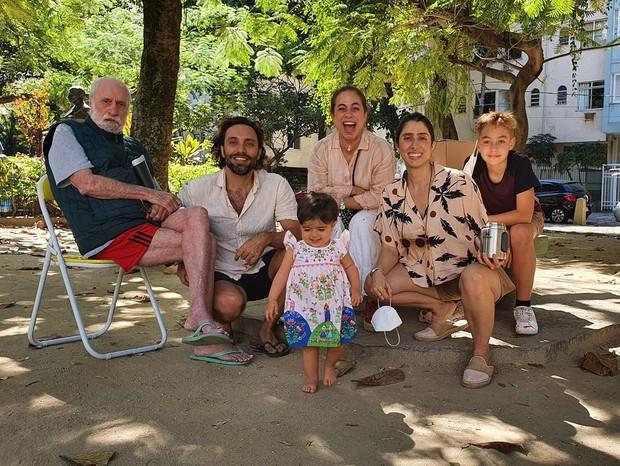 Cissa Guimarães com Thomaz Velho, Andrea Brito e os netos, José e Aurora (Foto: Reprodução/Instagram)