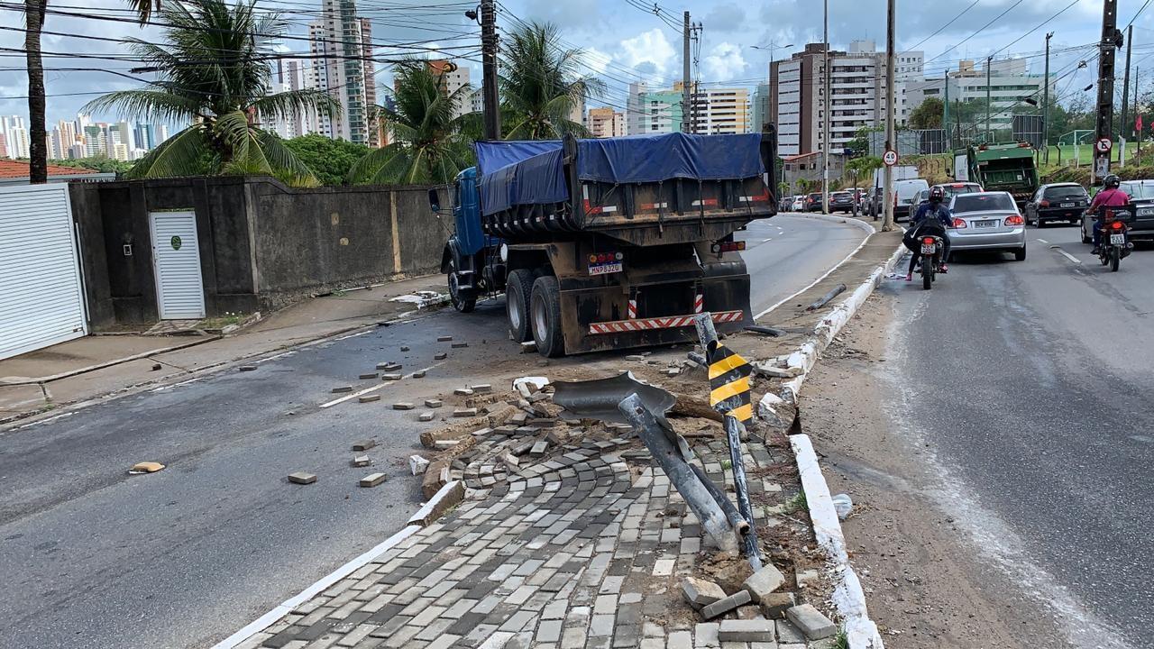 Caminhão invade faixa contrária e interdita trecho da Avenida Beira Rio, em João Pessoa